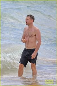 sam-worthington-lara-bingle-show-off-beach-bodies-in-hawaii-01